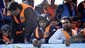 Migranter tar sjövägen från Libyen till Italien.