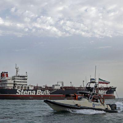 Iranska revolutionsgardet patrullerar kring brittiska tankern Stena Impero.