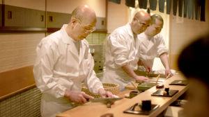 Sushimestari Jiro työssään. Kuva dokumenttielokuvasta Sushimestari Jiron unelma (Jiro dreams of sushi).