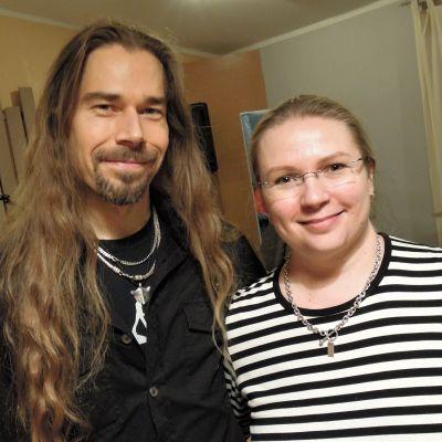 Piritta Poikonen ja Janne Riihimäki harrastavat äänekästä musisointia ja muun muassa se on vaikuttanut asuinpaikan valintaan.