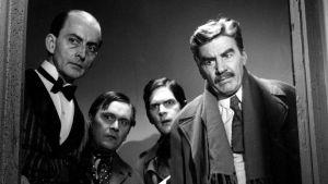 """Hovimestari """"Butler"""" Veijonen (Leevi Kuuranne), Kokki (Leo Jokela), Toivo (Matti Ranin) ja komisario Palmu (Joel Rinne) katsastavat rikospaikkaa elokuvassa Komisario Palmun erehdys"""