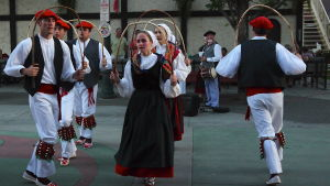 Baskit tanssivat perinteisesti kadulla