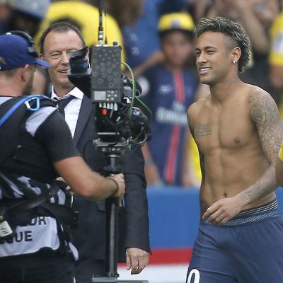 Neymar får finna sig i att varje steg han tar bevakas av franska medier.
