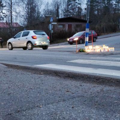Hautakynttilöitä liikenteenjakajan päällä onnettomuuspaikalla Jyväskylässä.