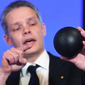 Nobelkommitténs Ulf Danielsson pekar på en svart boll han håller i handen medan han förklarar varför årets pris går till Roger Penrose, Reinhard Genzel, Andrea Ghez