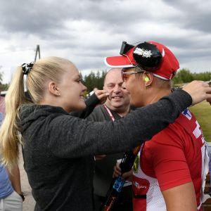 Satu Mäkelä-Nummela får en kram av sin dotter.