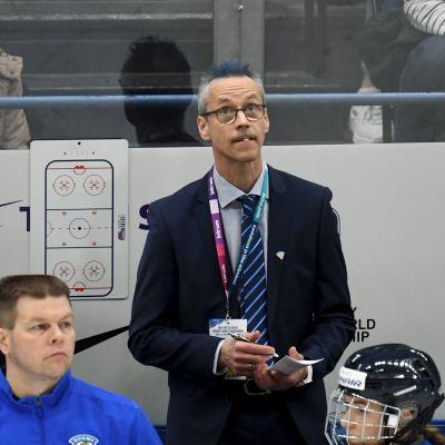 Pasi Mustonen tränar Finlands damer.