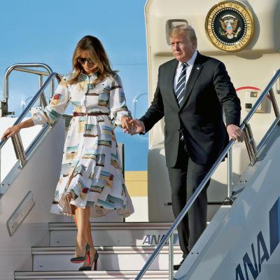 Presidentparet Donald och Melania Trump landade på Hanedas internationella flygplats i Tokyo vid 17-tiden lokal tid.