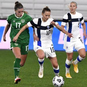Irlannin joukkueen Jamie Finn (vas.) ja Helmarien Emmi Alanen väänsivät pallosta Helsingin olympiastadionilla pelattavassa naisten MM-karsintaottelussa.