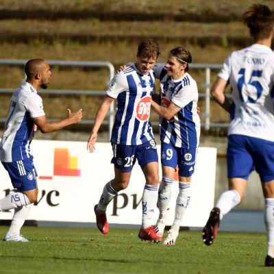 Rasmus Schüller firar tillsammans med lagkamrater efter HJK:s mål.