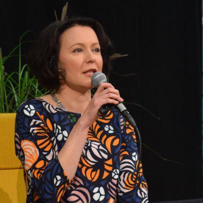 Turun kirjamessujen ohjelmajohtaja Jenni Haukio sohvalla.