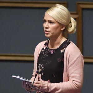 Saara-Sofia Sirén talar under riksdagens frågetimme.