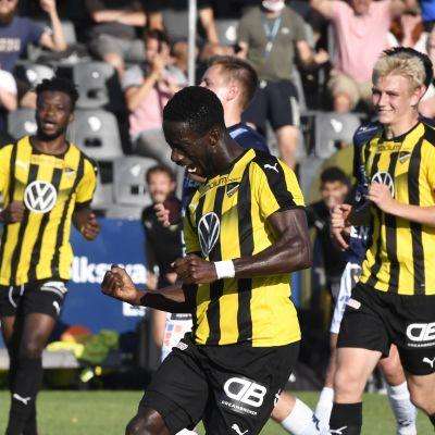 FC Honkan Demba Savage (kesk) ja pelaajia jalkapallon Veikkausliigan ottelussa FC Honka vs. AC Oulu Espoossa 11. heinäkuuta 2021.