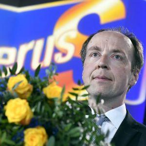 Jussi Halla-aho efter EU-valet med blommor i handen.
