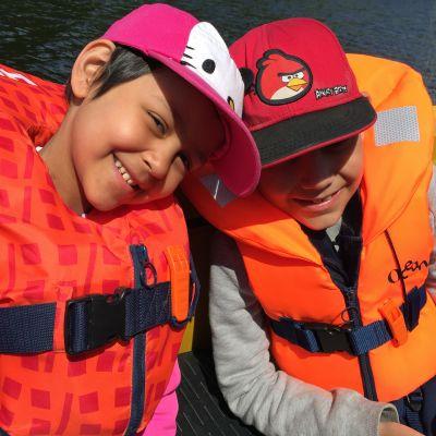 tyttö ja poika veneessä