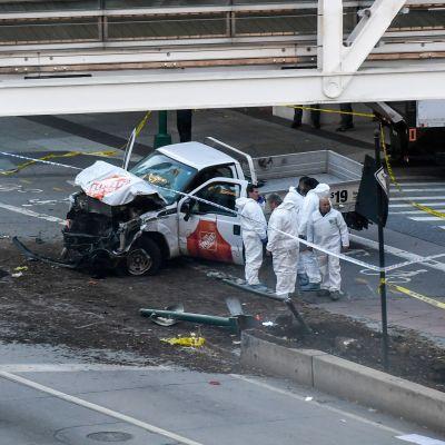 Poliser inspekterar pickup-bilen som användes i terrordådet på Manhattan.