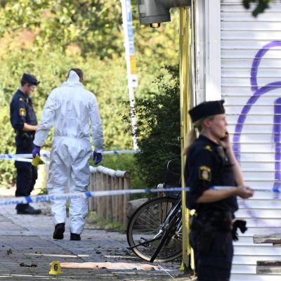 Polisens tekniker på platsen där en kvinna blev skjuten på Ribersborg i Malmö.