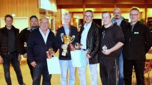Ivriga pidrospelare. Från vänster: Dan Hermans, Jan-Peter Back, Viking Tallgren, Hans Svahn, Ralf Nybond, Kim Holm, Peter Stenbacka och Leif Norrgård.