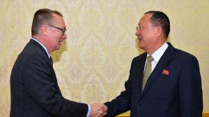 Jeffrey Feltman, FN, sändebud skakar han med Nordkoreas utrikesminister Ri Yong-ho.