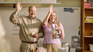 Ove (Henrik Dorsin) och Anette (Malin Cederbladh) är klassföräldrar och står vid ett föräldramöte och röstar för att barnen skall sälja grillkryddor.