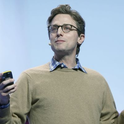 Buzzfeedin toimitusjohtaja Jonah Peretti puhuu yleisötilaisuudessa.