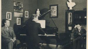 Harry nuorena pianotunnilla