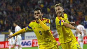 Raul Rusescu och Alexandru Maxim firar Rumäniens 1-0 mål mot Ungern.