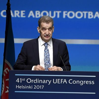 Pertti Alaja talar under Uefas kongress i Helsingfors, våren 2017.
