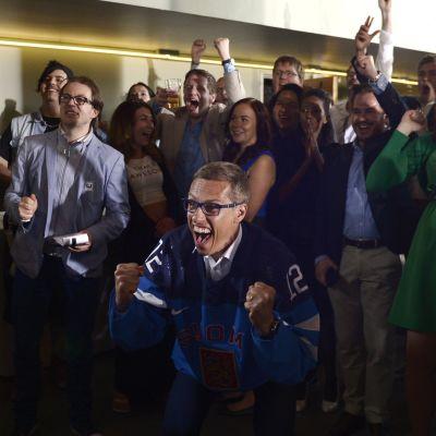 Samlingspartiet jublar både för valresultatet och får Finlands mål i ishockeyfinalen.