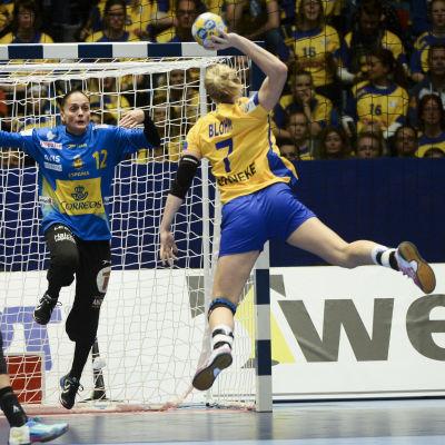 Linn Blohm gör mål för Sverige i EM-premiären 2016.