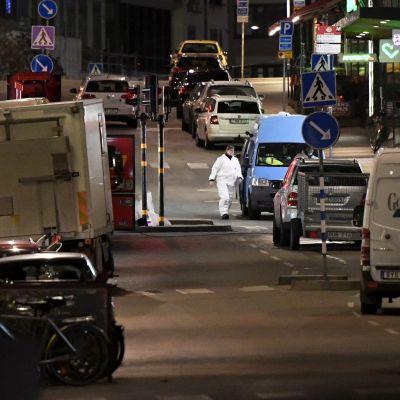 Polisen undersöker attentatsplatsen i centrala Stockholm den 7 april 2017.