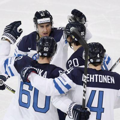 Sebastian Aho gratuleras för mål, Finland-Vitryssland, VM 2017.