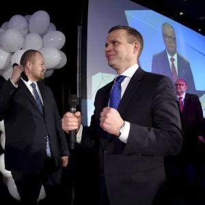 Petteri Orpo knyter nävarna på ett nöjt sätt på Samlingspartiet valvaka i Helsingfors. Samlingspartiet går framåt i Helsinfors, enligt förhandsrösterna.