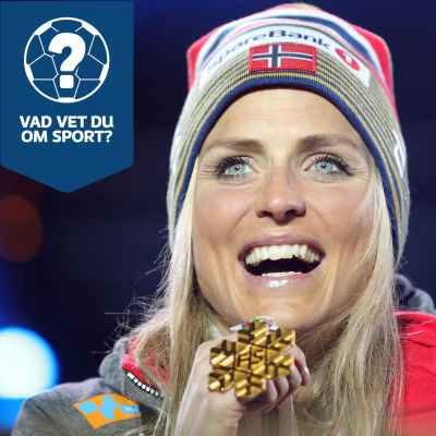Therese Johaug med en guldmedalj.