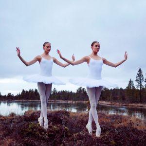 Birit och Katja Haarla poserar i balettdräkter på en myr i Sameland.