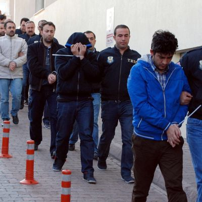 Miehiä marssitetaan selleihin Turkissa