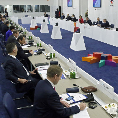 EU:s ledare sitter runt ett stort konferensbord på toppmötet i Malta den 3 februari 2017.