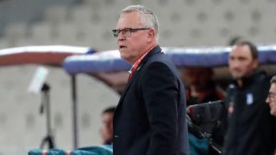 Sveriges förbundskapten Janne Andersson coachar sitt lag i matchen mot Grekland.