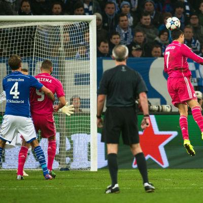 Cristiano Ronaldo nickar in det avgörande målet i mötet mot Schalke i åttondelsfinalerna av Champions League.