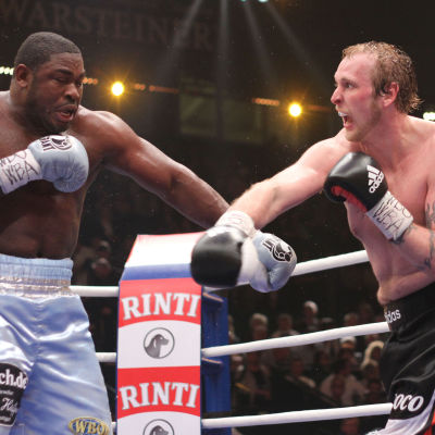 I april 2011 besegrade Robert Helenius Samuel Peter i Tyskland.