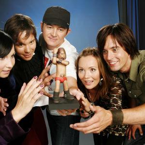 Musiikki TV:n juontajia vuonna 2007: Laura Vähähyyppä (vas.), Erno Kulmala, Harri Hakanen, Marja Hintikka ja Ile Uusivuori.