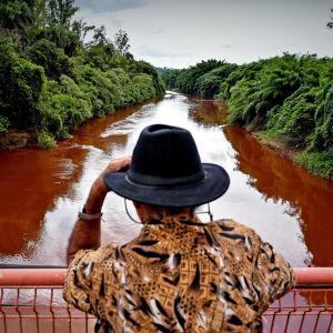 Förorenad flod efter en damm har brustit.