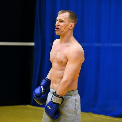 Jerry Kvarnström skrattar under MMA-träningar i Åbo i januari 2021.