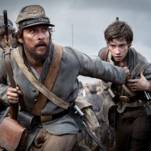 Matthew McConaughey springer över salgfältet med en ung soldat som han försöker skydda.