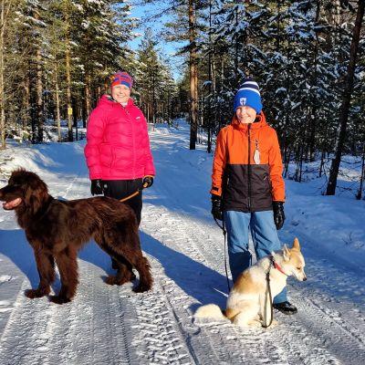 Helena Kummalan perhe asuu metsän keskellä Ylikiimingin Vepsänkylässä.