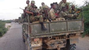Etiopiska soldater på ett lastbilsflak.