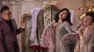 Rachel provar kläder med sina nya vänner.