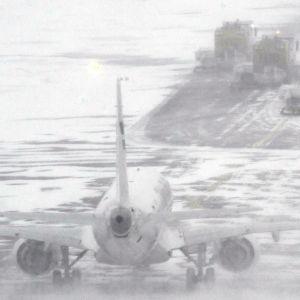 Snöplogar på Helsingfors-Vanda flygplats