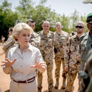 Ursula von der Leyen keskustelee malilaisten sotilaiden kanssa harjoitusleirillä.