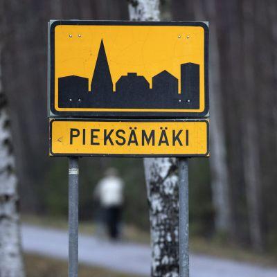 Vägskylt med namnet Pieksämäki.